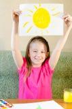 女孩画太阳 免版税图库摄影