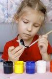 女孩绘她的工艺 免版税库存图片