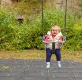 女孩 婴孩 微笑 逗人喜爱 公园 摇摆 库存图片