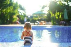 女孩婴孩浴水池夏天 免版税库存照片
