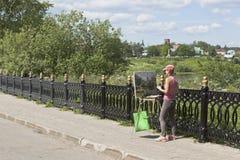 女孩画家绘市的风景沃洛格达州 免版税库存照片