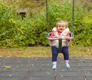 女孩 微笑 逗人喜爱 婴孩 摇摆 公园 库存图片