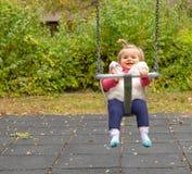 女孩 微笑 逗人喜爱 摇摆 公园 婴孩 图库摄影