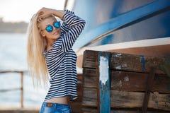 女孩-性感的水手T恤杉的上尉的 库存照片