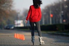 女孩滑旱冰 免版税图库摄影
