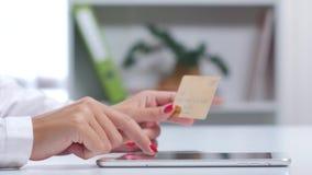 女孩结束支付与卡片的网上购物通过片剂 关闭 影视素材