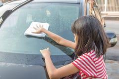 女孩洗涤的汽车我 免版税库存图片