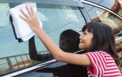 女孩洗涤的汽车IX 库存图片