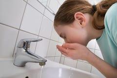 女孩洗涤的嘴 免版税库存图片