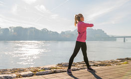 女孩锻炼 免版税库存图片