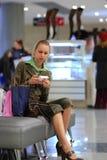 女孩购物中心购物 库存照片