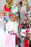 女孩购物在圣诞节市场上 库存照片