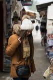 女孩购物在市场上 免版税库存照片