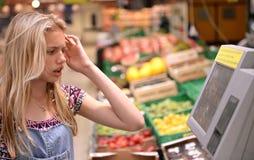 女孩购物在杂货店 免版税库存照片
