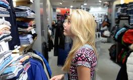 女孩给购物穿衣 库存照片