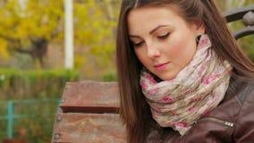 女孩画象在公园读一本书 股票录像