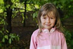 女孩画象在森林里 免版税库存图片