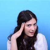 女孩画象有查寻反对蓝色后面的震动姿态的 免版税库存图片