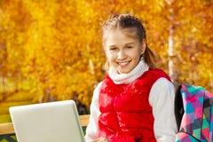 女孩画象有计算机的 免版税库存图片
