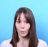 女孩画象有震动姿态的反对蓝色背景 免版税图库摄影