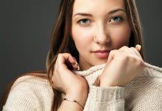 女孩画象被编织的毛线衣的 图库摄影