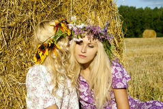 女孩临近干草堆 免版税库存照片