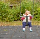 女孩 逗人喜爱 婴孩 微笑 摇摆 公园 免版税库存图片