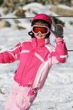 女孩滑雪滑雪微笑的冬天雪休息职业桃红色儿童孩子旅行旅行 库存照片