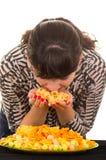 女孩暴饮暴食速食 免版税图库摄影