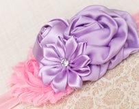 女孩头饰带 与玫瑰华饰和diamonte的桃红色破旧的花 免版税库存图片