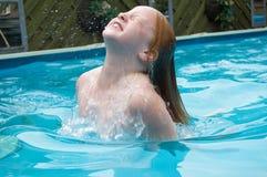 女孩水年轻人 免版税库存照片