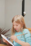 女孩绘画 免版税库存照片