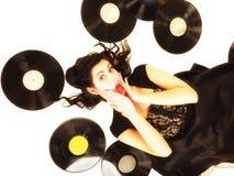 女孩以phonography类似物记录音乐爱好者 免版税库存图片
