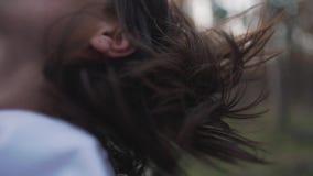 女孩` s头发从在汽车的风振翼 股票录像