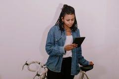 女孩年轻` s样式偶然与电话 图库摄影