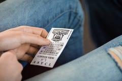 女孩` s特写镜头递有火车票 免版税库存图片