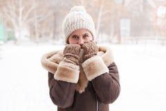 女孩` s画象在冬天在公园 库存照片