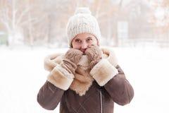 女孩` s画象在冬天在公园 库存图片
