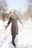 女孩` s画象在冬天在公园 免版税库存照片