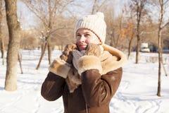 女孩` s画象在冬天在公园 免版税图库摄影