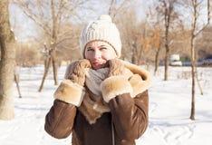 女孩` s画象在冬天在公园 图库摄影
