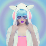 女孩DJ 疯狂的冬天党 俱乐部舞蹈样式 免版税库存图片
