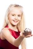 女孩givng蛋糕 免版税库存照片