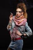 女孩glam低劣抽烟 库存照片