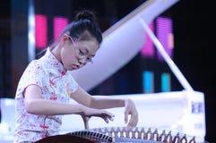女孩guzheng作用 免版税库存图片