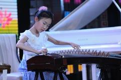 女孩guzheng作用 库存照片