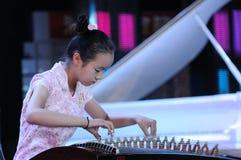 女孩guzheng作用 免版税库存照片