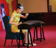 女孩guzheng使用 库存照片