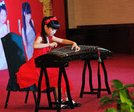 女孩guzheng使用 库存图片