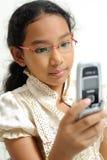 女孩handphone一点使用 免版税库存照片